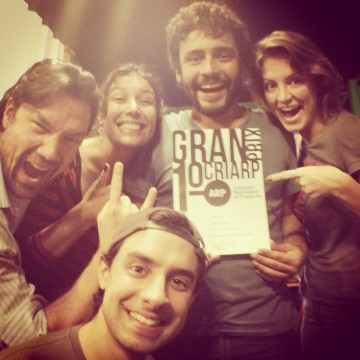 "The cast of ""Coisas que Porto Alegre Fala at the Theater"" receiving the ""Idea of the Year"" award at CRIARP Festival"