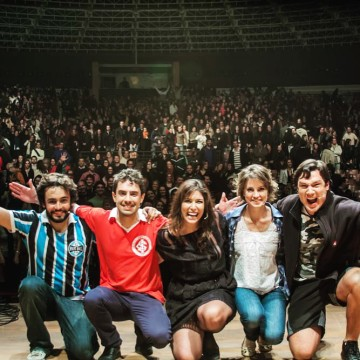 "The cast of ""Coisas que Porto Alegre Fala at the Theater"" receiving a standing ovation from 3,000 people at Auditorio Araujo Vianna"